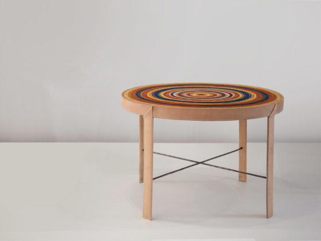 Table basse en cuir multicolore